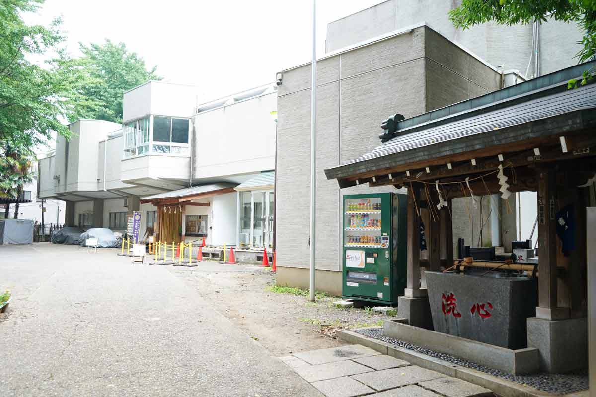 高円寺「氷川神社」手水舎と社務所